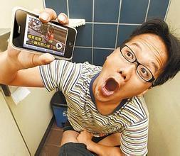 """上厕所玩手机你爽了,也要悠着点""""菊花残"""""""