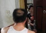 姑娘遭陌生男敲门,邻居一句话吓哭!